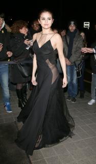 Selena Gomez [2200x3744] [765.62 kb]