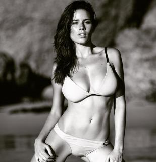 Simone De Kock en Bikini [1080x1118] [131.31 kb]