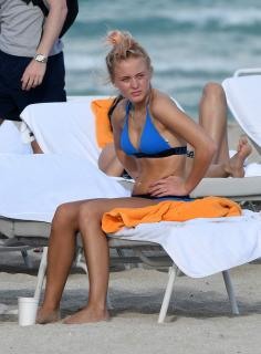 Zara Larsson en Bikini [2216x3000] [766.42 kb]