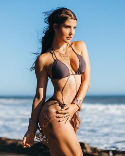 Amanda Cerny en Bikini [740x924] [141.75 kb]