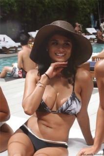 Diane Guerrero en Bikini [310x465] [43.38 kb]