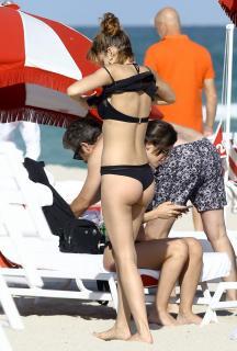 Úrsula Corberó en Bikini [1084x1600] [315.96 kb]