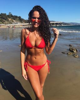 Madison Pettis en Bikini [1080x1349] [436.42 kb]