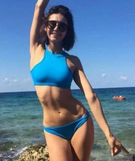 Nina Dobrev en Bikini [1080x1283] [121.22 kb]