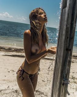 Sandra Kubicka en Treats! Magazine Desnuda [3084x3900] [1562.37 kb]