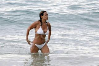 Natalie Imbruglia en Bikini [719x480] [54.19 kb]
