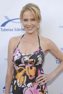 Julie Benz [2400x3600] [715.23 kb]