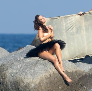 Myla Dalbesio en Topless [2500x2487] [1351.84 kb]