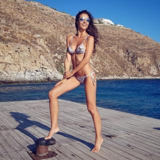 Laura Barriales en Bikini [782x782] [212.37 kb]