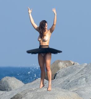 Myla Dalbesio en Topless [2303x2500] [1165.49 kb]