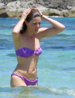 Manuela Velasco en Bikini [615x800] [101.11 kb]