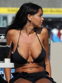 Nabilla Benattia en Bikini [1316x1755] [245.66 kb]