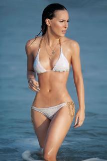 Belinda Peregrín en Bikini [736x1104] [128.44 kb]