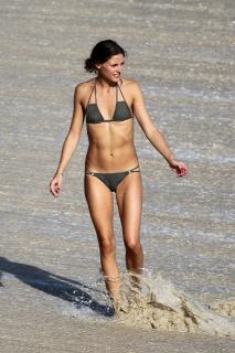 Olivia Palermo in Bikini [2835x4252] [1537.82 kb]
