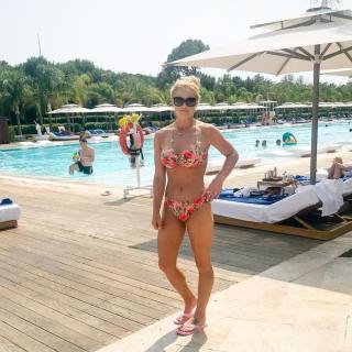 Carly Booth en Bikini [1080x1080] [211.77 kb]