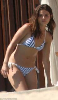 Danielle Campbell en Bikini [470x802] [73.42 kb]