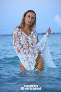 Caroline Wozniacki en Si Swimsuit 2017 [1280x1920] [336.19 kb]