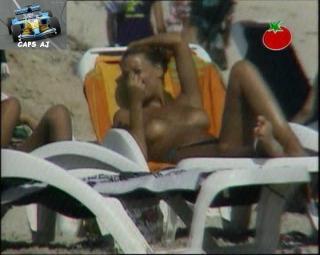 Vania Millán in Topless [720x576] [86.2 kb]