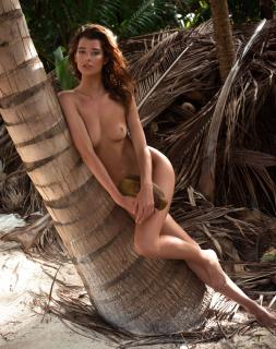 Sarah McDaniel en Treats! Magazine Desnuda [3085x3900] [3118.38 kb]