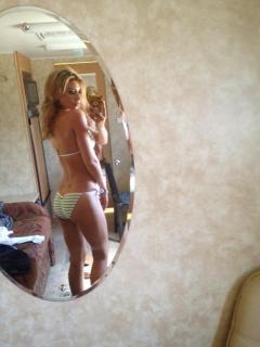 Aly Michalka en Bikini [960x1280] [114.27 kb]