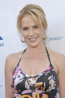 Julie Benz [2400x3600] [699.39 kb]