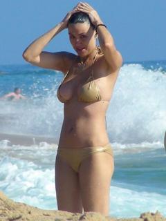 Vania Millán en Bikini [423x564] [41.14 kb]