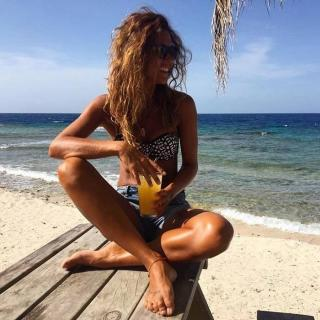 Lara Álvarez en Bikini [700x700] [109.73 kb]
