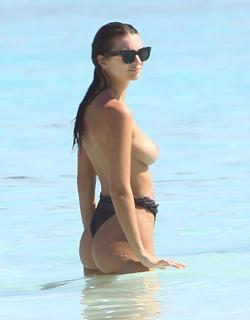 Emily Ratajkowski en Topless [2500x3193] [523.04 kb]