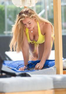 Chloe Meadows en Bikini [1752x2472] [691.14 kb]