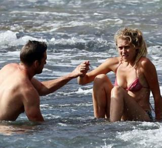 Teresa Palmer en Bikini [877x800] [84.64 kb]