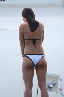 Danielle Campbell en Bikini [1470x2205] [184.85 kb]