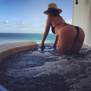 Chloe Bennet en Bikini [1080x1080] [223.43 kb]