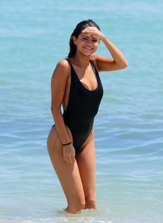 Selena Gomez [2048x2800] [605.88 kb]