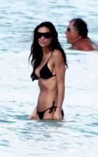 Demi Moore en Bikini [750x1200] [77.43 kb]