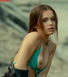 Lola Le Lann Desnuda [898x1013] [102.32 kb]