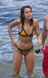 Chloe Bennet en Bikini [989x1592] [266.57 kb]