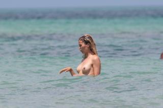 Victoria Bonya in Topless [3000x2000] [452.91 kb]