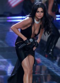 Selena Gomez [1872x2590] [519.06 kb]