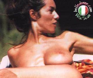 Emanuela Folliero dans Topless [369x309] [14.78 kb]