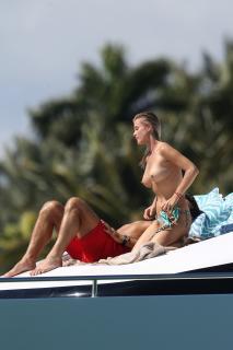 Joanna Krupa en Topless [2400x3600] [777.81 kb]