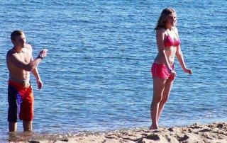 Eliza Taylor en Bikini [1200x760] [263.81 kb]