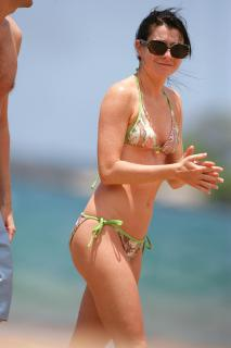 Alyson Hannigan in Bikini [3328x4992] [1233.55 kb]