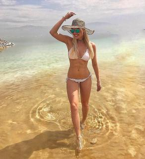 Denise Cotte en Bikini [1025x1123] [288 kb]