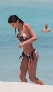 Silvia Caruso en Bikini [1748x3000] [344.82 kb]