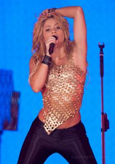 Shakira [988x1400] [266.05 kb]