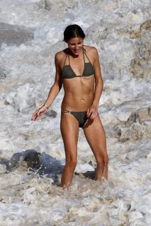Olivia Palermo in Bikini [2835x4252] [1305.37 kb]