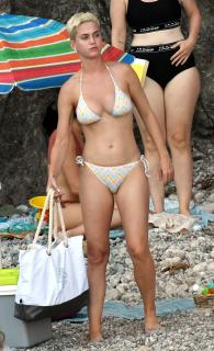 Katy Perry en Bikini [2141x3500] [1080.08 kb]