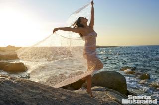 Myla Dalbesio en Si Swimsuit 2018 Desnuda [1920x1280] [541.46 kb]
