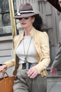 Catherine Zeta Jones [1200x1800] [298.04 kb]