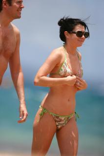 Alyson Hannigan in Bikini [2567x3850] [859.4 kb]
